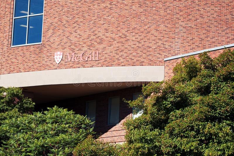 Vista exterior del edificio de ladrillo de la universidad de la papada de Mc y el logotipo en Montreal, Quebec, Canadá imagen de archivo