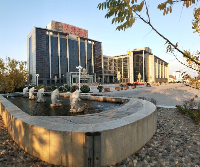 Vista exterior del edificio de oficinas petroquímico de Tianjin fotografía de archivo