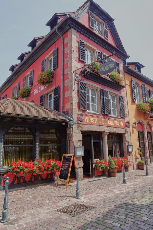 Vista exterior del hotel Chambard del relé y del castillo francés en Kaysersberg fotos de archivo libres de regalías