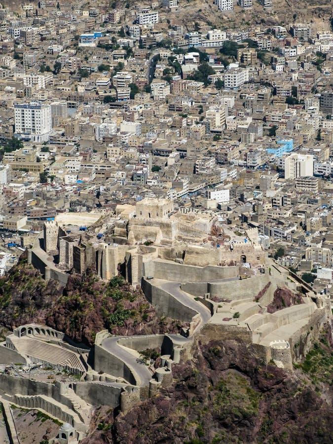 Vista exterior do castelo do Cairo da fortaleza do al-Cahira aka em Taiz, I?men foto de stock