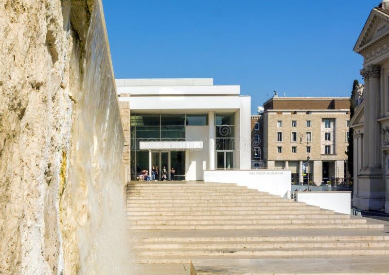 Vista exterior do museu de Ara Pacis Augustae em Roma fotografia de stock royalty free