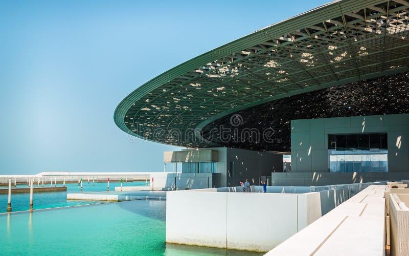 Vista exterior do museu do Louvre em Abu Dhabi fotografia de stock royalty free