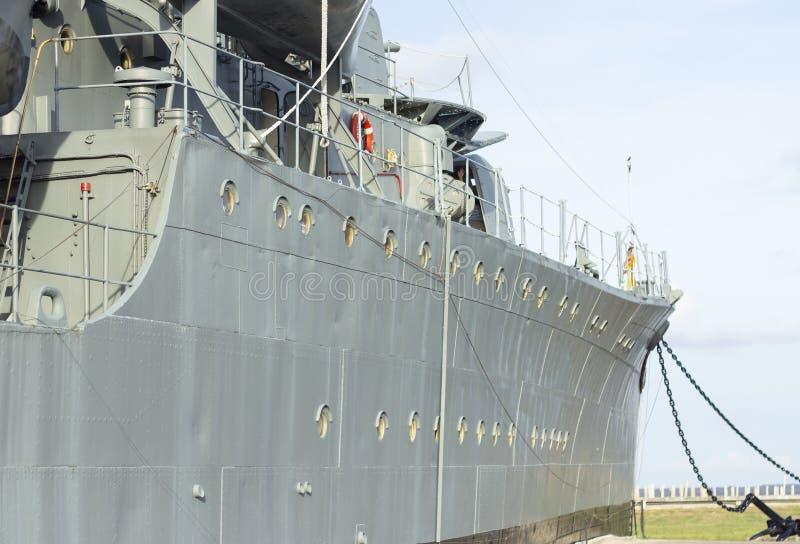 Vista exterior do navio de guerra com céu azul imagens de stock royalty free