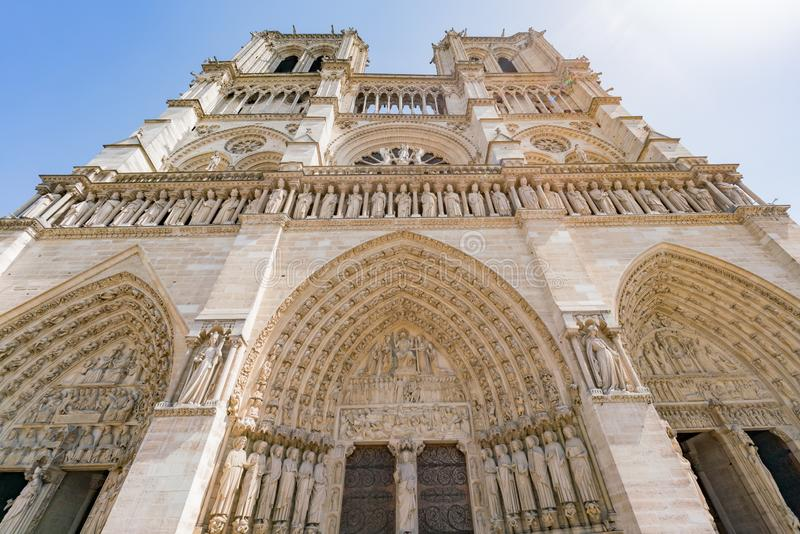 Vista exterior do Notre-Dame de Paris famoso fotografia de stock