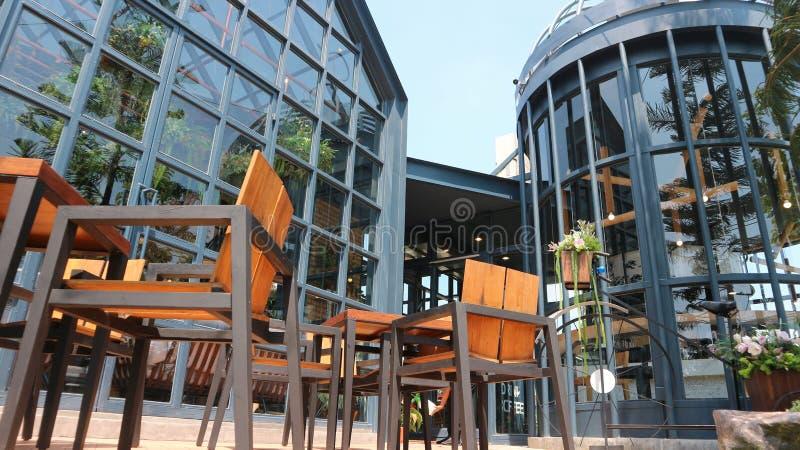 Vista exterior do restaurante moderno e do seu terraço fotografia de stock royalty free