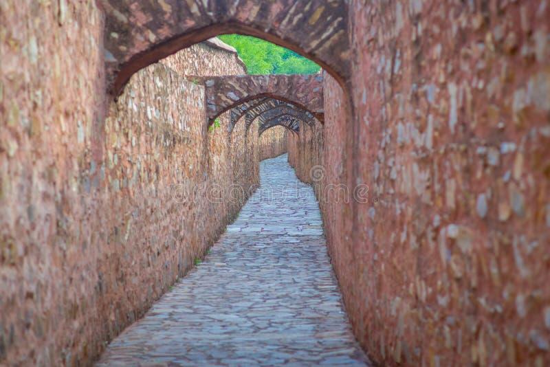 Vista exterior do trajeto apedrejado do forte ambarino Jaipur, Rajasthan, India fotos de stock