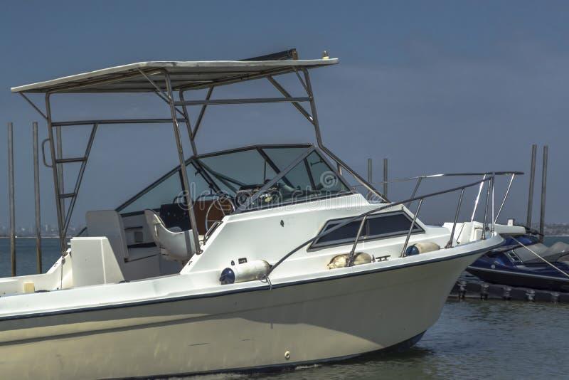 Vista exterior general del barco recreativo privado, parada en la playa en la isla de Mussulo imagenes de archivo