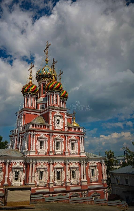 Vista exterior a la iglesia de la natividad de la Virgen María bendecida, aka de la natividad o de Stroganov, Nizhny Novgorod, Ru imágenes de archivo libres de regalías