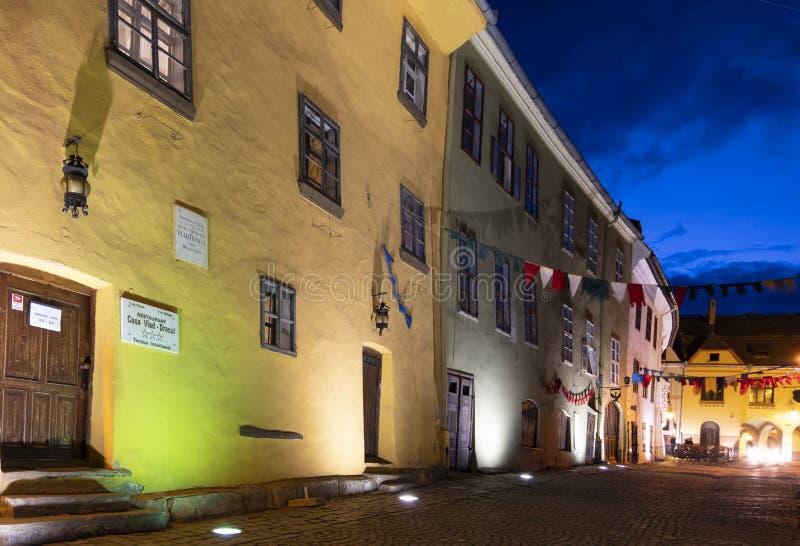 Vista exterior na noite da casa onde Vlad Tepes foi carregado alegada no s?culo XIV, em Sighisoara, a Transilv?nia fotos de stock