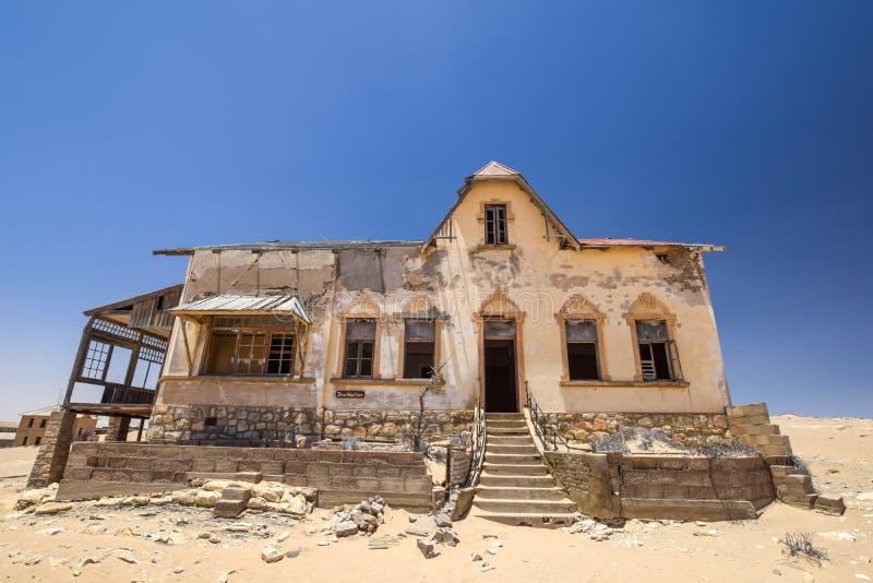Vista exterior a una de las casas abandonadas en el pueblo fantasma de Kolmanskop cerca del deritz del ¼ de LÃ en Namibia fotografía de archivo libre de regalías