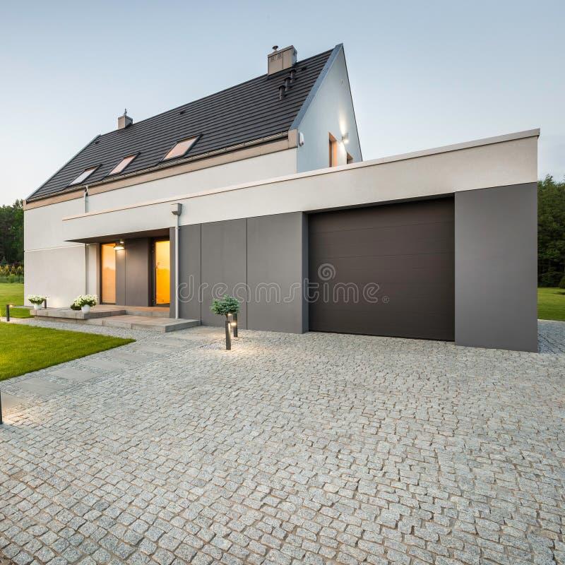Vista externa de la casa elegante fotos de archivo