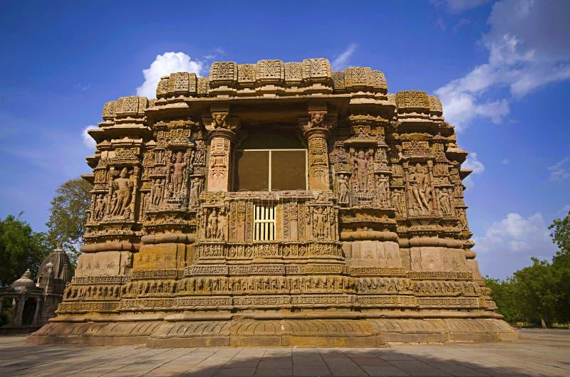 Vista externa del templo de Sun en el banco del río Pushpavati En 1026-27 ANUNCIO construido, pueblo de Modhera del distrito de M imagen de archivo