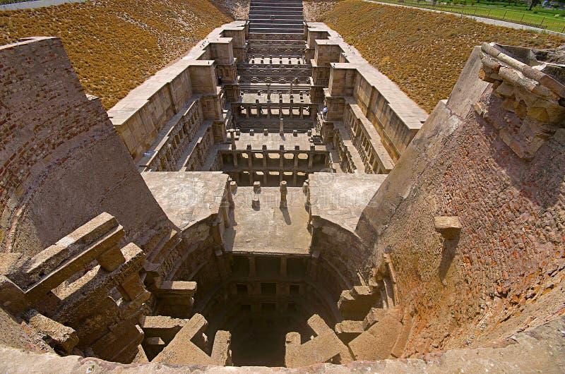 Vista externa del templo de Sun en el banco del río Pushpavati En 1026-27 ANUNCIO construido, pueblo de Modhera del distrito de M fotografía de archivo