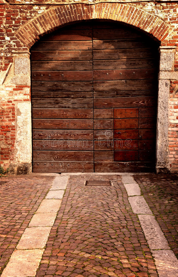 Vista externo da entrada velha no farrmhouse italiano foto de stock royalty free