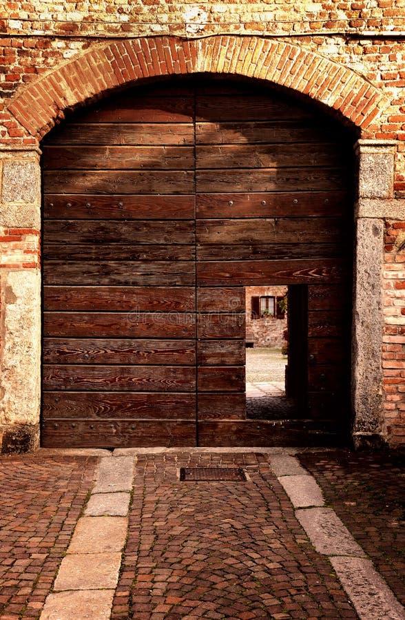 Vista externo da entrada velha no farrmhouse italiano fotografia de stock royalty free