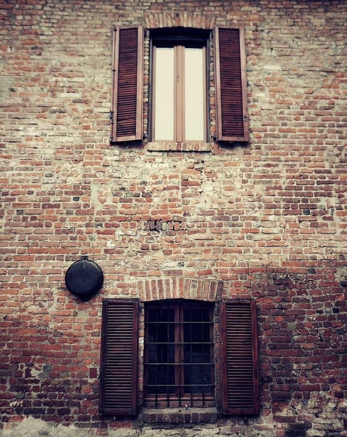 Vista externo de obturadores velhos no farrmhouse italiano imagens de stock