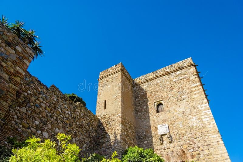 Vista externo de paredes de Malaga Gibralfaro com as plantas de florescência bonitas O castelo Castillo de Gibralfaro de Gibralfa imagem de stock royalty free