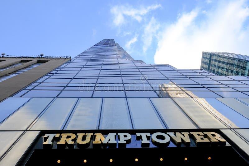 Vista famosa de la torre del triunfo y del reloj visto en Manhattan, New York City imagen de archivo