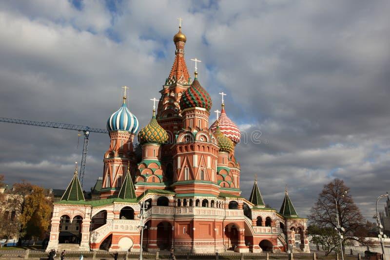 Vista famosa del basilico della st della cattedrale di intercessione sul quadrato rosso, fotografia stock libera da diritti