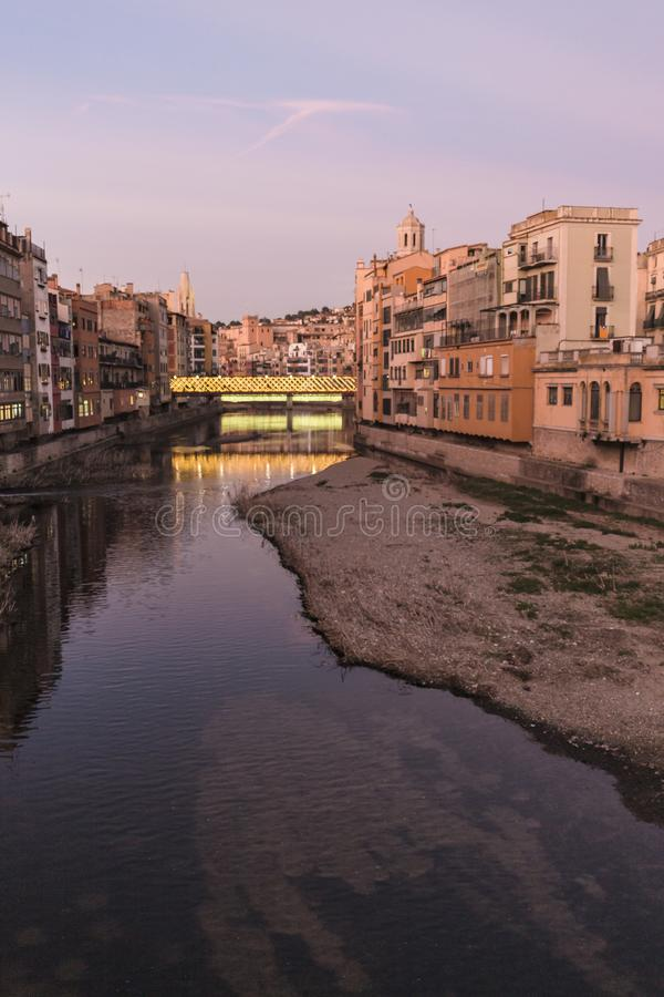 Vista famosa del fiume del punto di riferimento dell'orizzonte di Girona al tramonto immagini stock libere da diritti