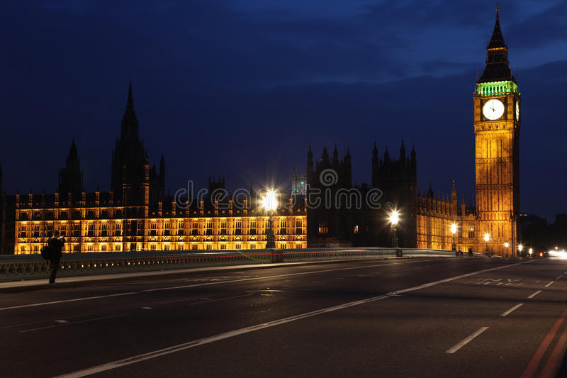 Vista famosa e bella di notte a Big Ben ed alle Camere di Parliam fotografie stock libere da diritti