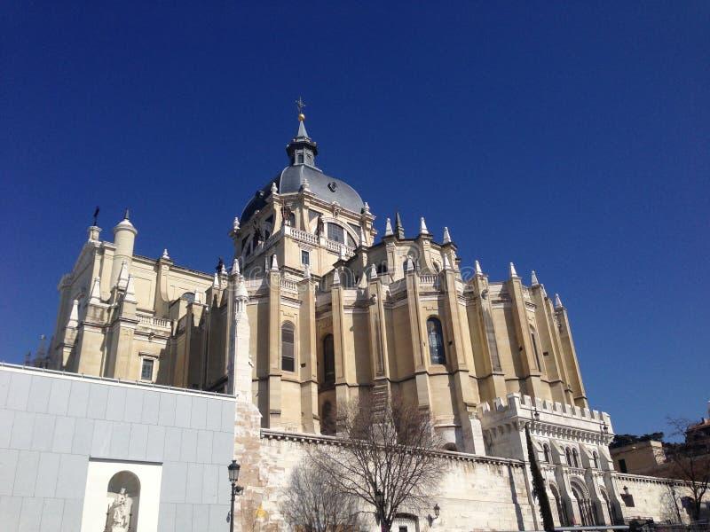 Vista fantástica do La Almudena Cathedral, Madri, Espanha imagens de stock royalty free