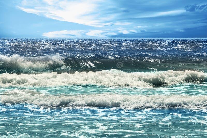 Vista fantástica do mar dos azuis celestes Italy, Europa imagem de stock royalty free