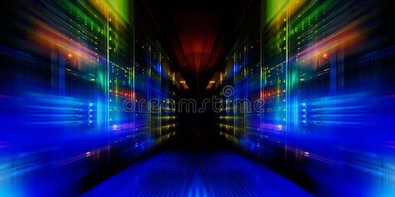 Vista fantastica degli elaboratori centrali moderni nella fila del centro dati fotografie stock libere da diritti