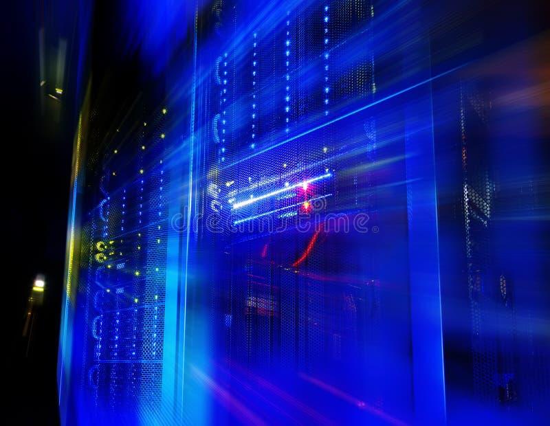 Vista fantastica dell'elaboratore centrale nella fila del centro dati fotografia stock libera da diritti