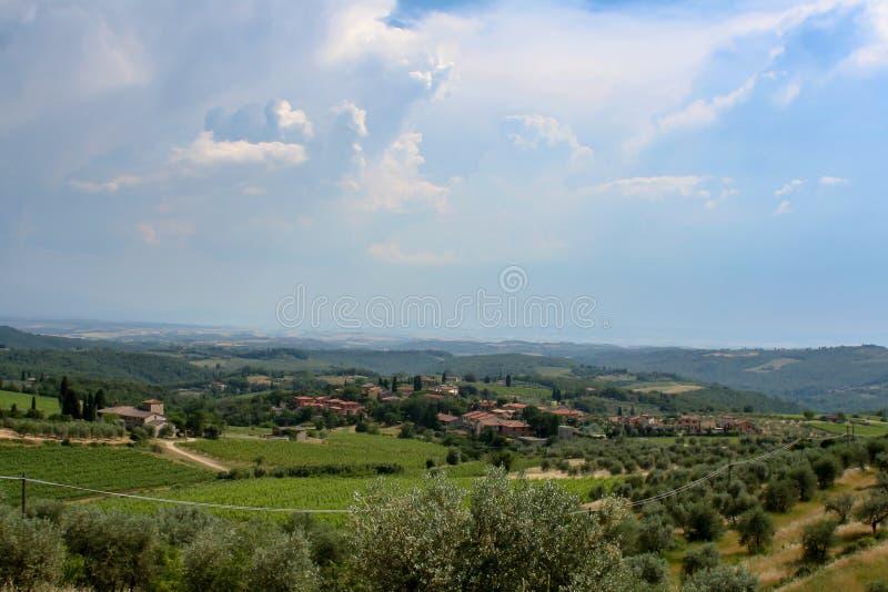 Vista fantastica di una proprietà terriera dell'Italia il giorno soleggiato immagini stock