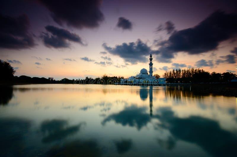 Vista fantastica durante il tramonto della moschea di Tengku Tengah Zaharah in terengganu Malesia immagini stock