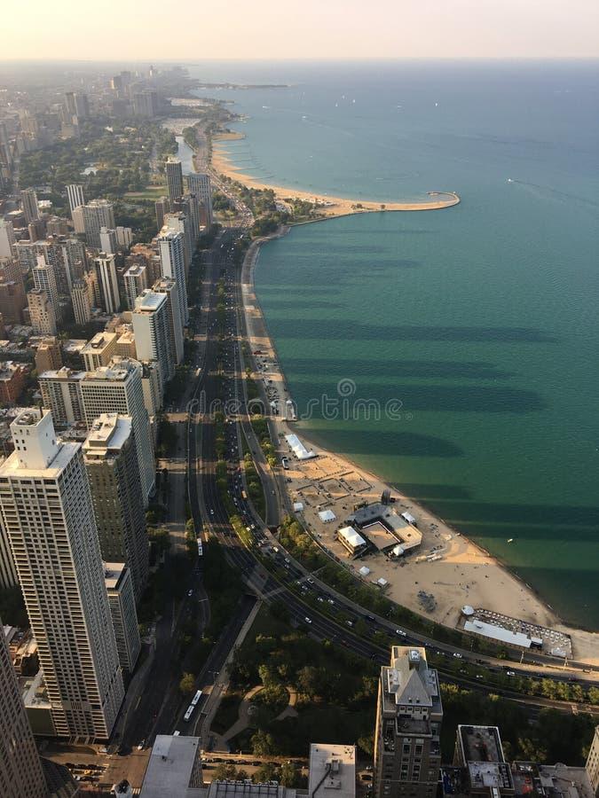 Vista Fisheye do centro de Chicago Shadows no lago foto de stock royalty free