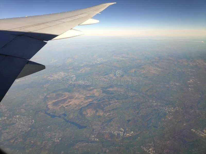 Vista fora da janela plana na paisagem de surpresa fotografia de stock