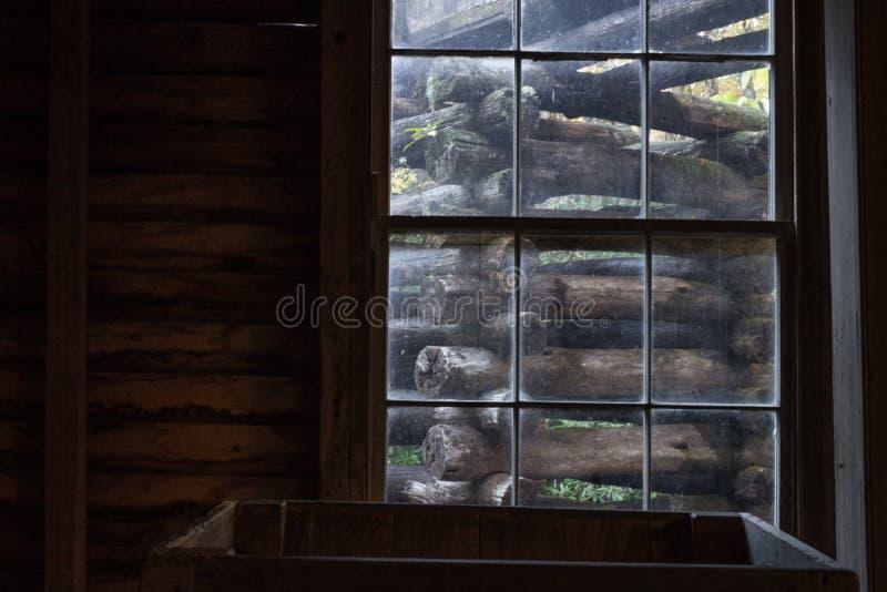 Vista fora de uma janela em um moinho velho, comporta, cena apalaches fotos de stock royalty free