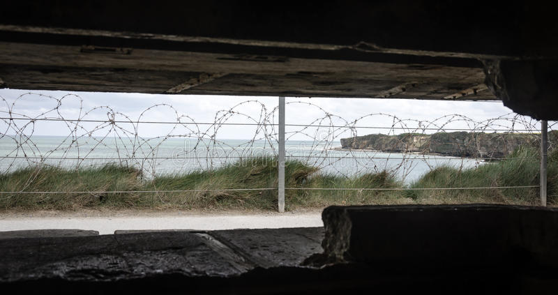 Vista fora do depósito em Pointe du Hoc Normandy fotos de stock