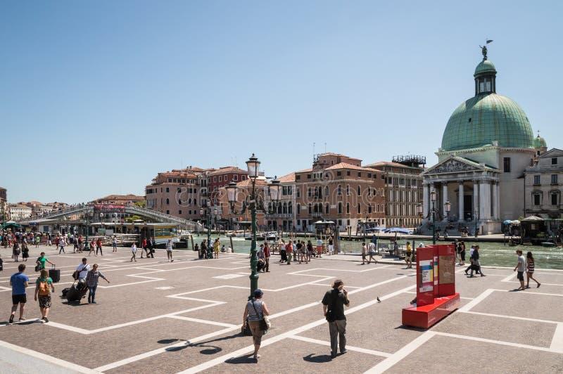 Vista fora do estação de caminhos de ferro de Veneza, turistas que andam próximo em um dia de verão quente fotos de stock