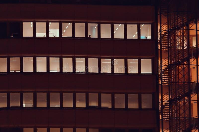 Vista frontal da fachada da noite da construção fotografia de stock
