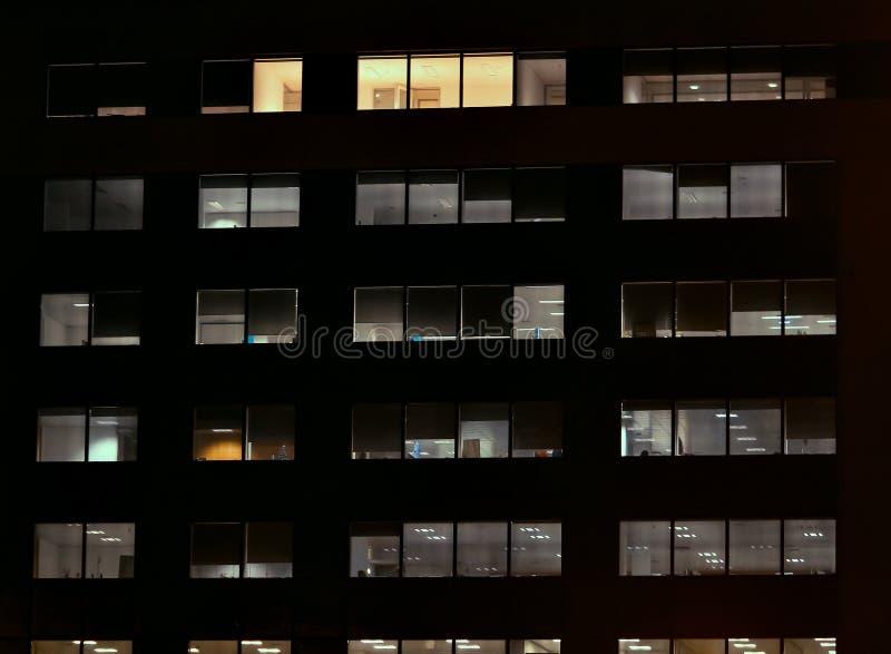 Vista frontal da fachada da noite da construção imagens de stock royalty free