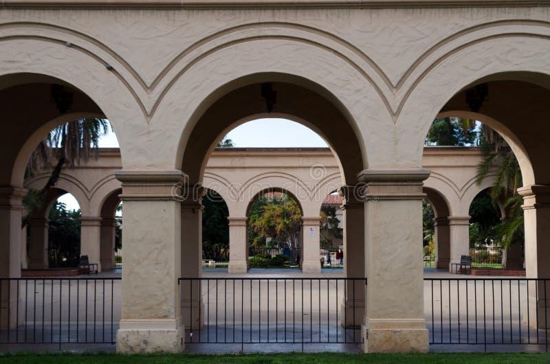 Vista frontal de la Colonada en el Parque Balboa fotografía de archivo