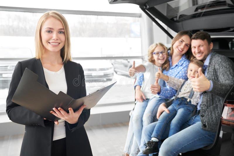 Vista frontal de las mujeres comerciantes de automóviles manteniendo el contrato en manos fotos de archivo libres de regalías