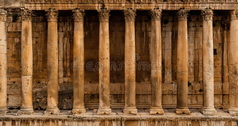 Vista frontal de uma colunata - fileira das colunas de um templo romano antigo do Baco da ruína do templo em Baalbek fotografia de stock royalty free