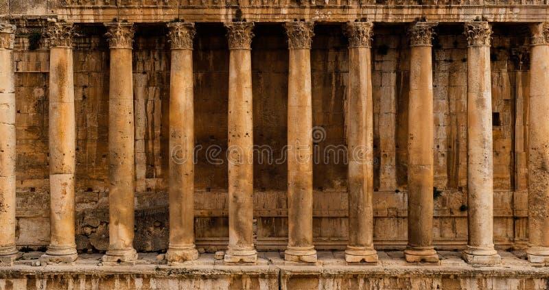 Vista frontal de una columnata - fila de columnas de un templo romano antiguo del Bacchus de la ruina del templo en Baalbek fotografía de archivo libre de regalías