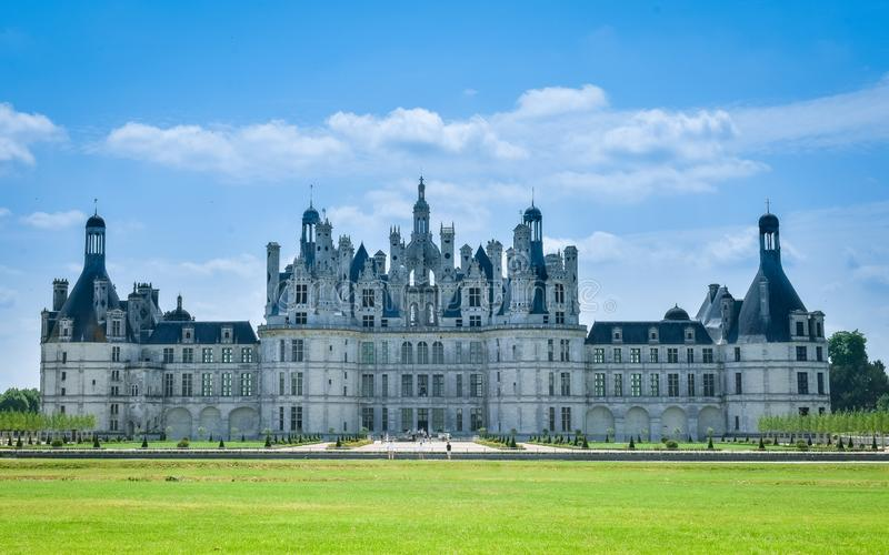 Vista frontal em um dia ensolarado no castelo de Chambord, França o 7 de julho de 2017 imagem de stock royalty free