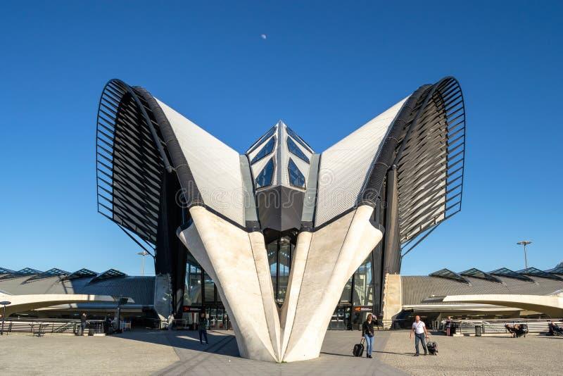 Vista frontal, simétrica de la estación del TGV diseñada por Santiago Calatrava, en el santo Exupery Airport de Lyon imagenes de archivo