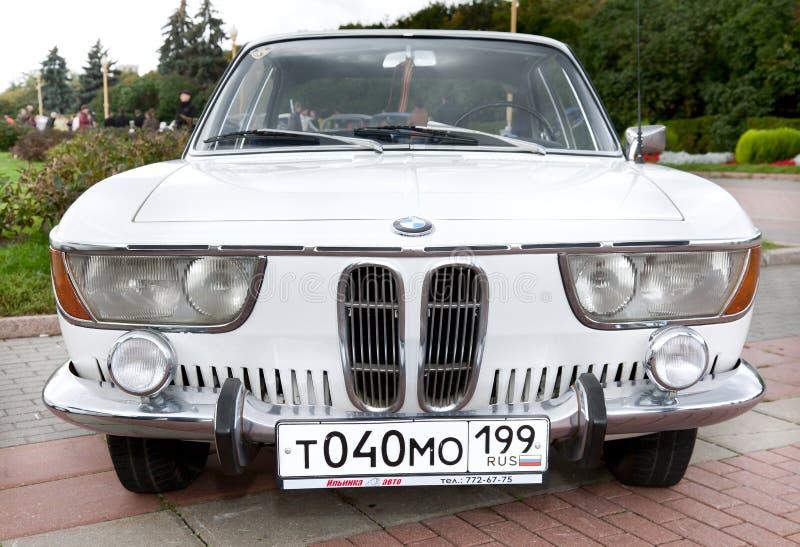 Vista frontale bianca della vecchia automobile classica fotografia stock
