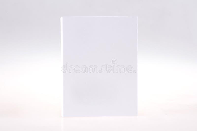 Vista frontale in bianco bianca della scatola di carta su fondo grigio chiaro immagine stock