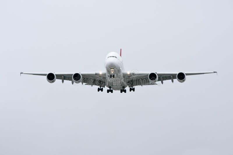 Vista frontale del Airbus A380 durante il volo - immagine stock libera da diritti