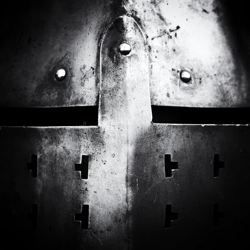 Vista frontale del casco medievale d'acciaio con le fessure degli occhi immagini stock libere da diritti