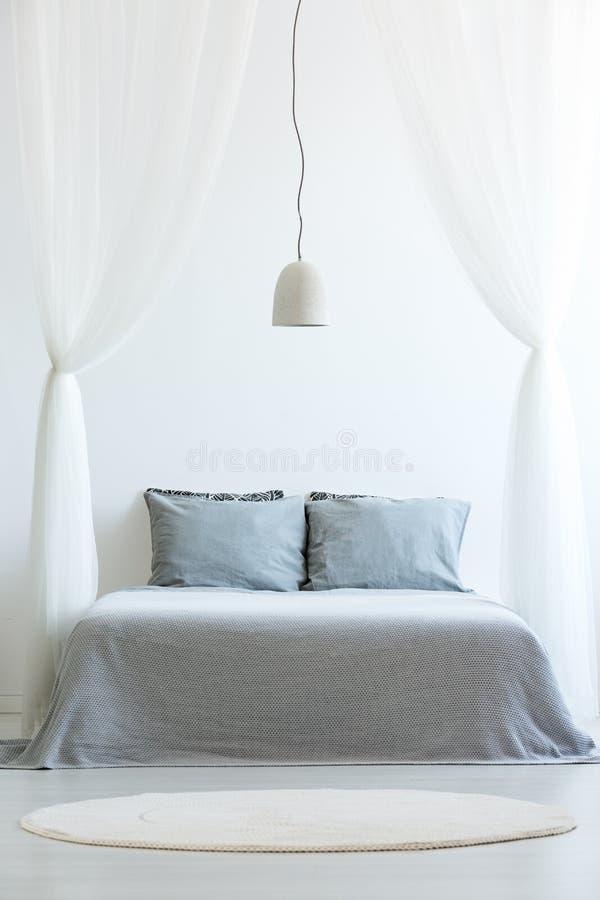 Vista frontale del letto del baldacchino immagine stock