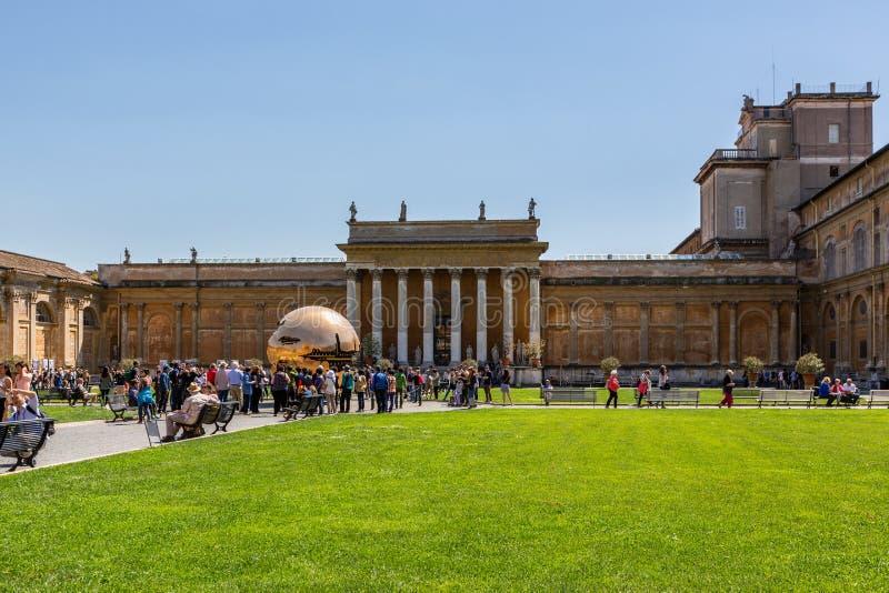 Vista frontale del museo del Vaticano Prato inglese verde nella priorità alta, nella gente e nella costruzione fotografie stock